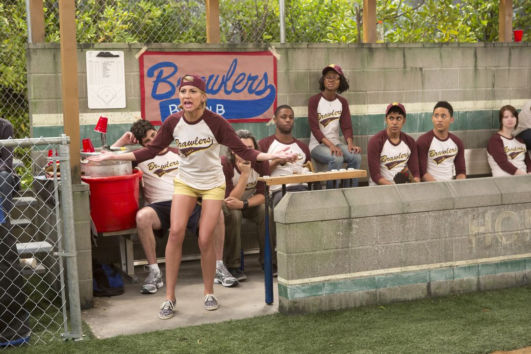 Riley (Chelsea Kane, vorne) wird Coach von Bens Softball Team, doch ihre ganz besondere Herangehensweise macht sie nicht sehr beliebt ... - Bildquelle: Bruce Birmelin ABC Family