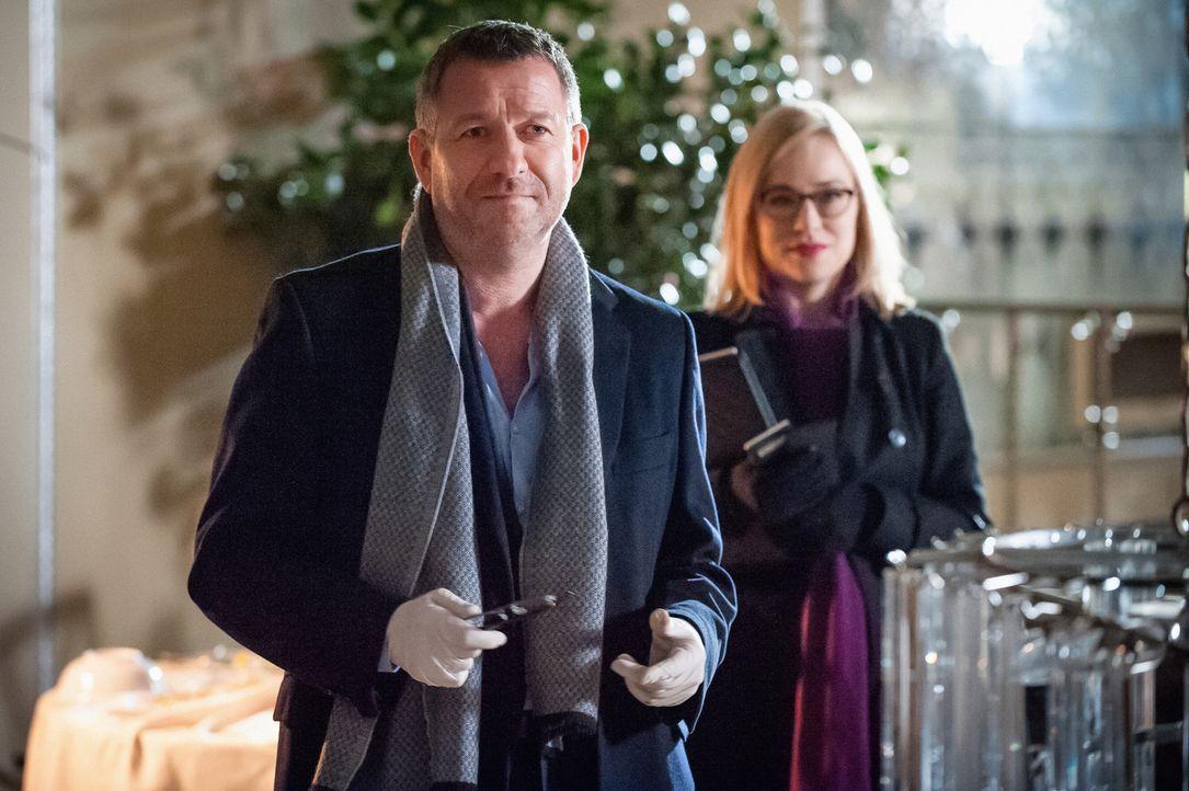 Als Holmes' Ex-Kollege aus Scotland Yard-Zeiten, Gareth Lestrade (Sean Pertwee, l.), zu allem Überfluss auch noch seine Assistentin (Sarah Goldberg,... - Bildquelle: CBS Television