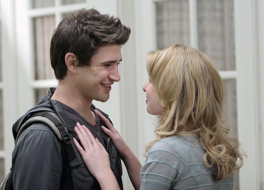 Die Angst und das Entsetzen ist vergessen: Kyle (Matt Dallas, l.) und Amanda (Kirsten Prout, r.) freuen sich über ihr wiedergewonnenes Glück ... - Bildquelle: TOUCHSTONE TELEVISION