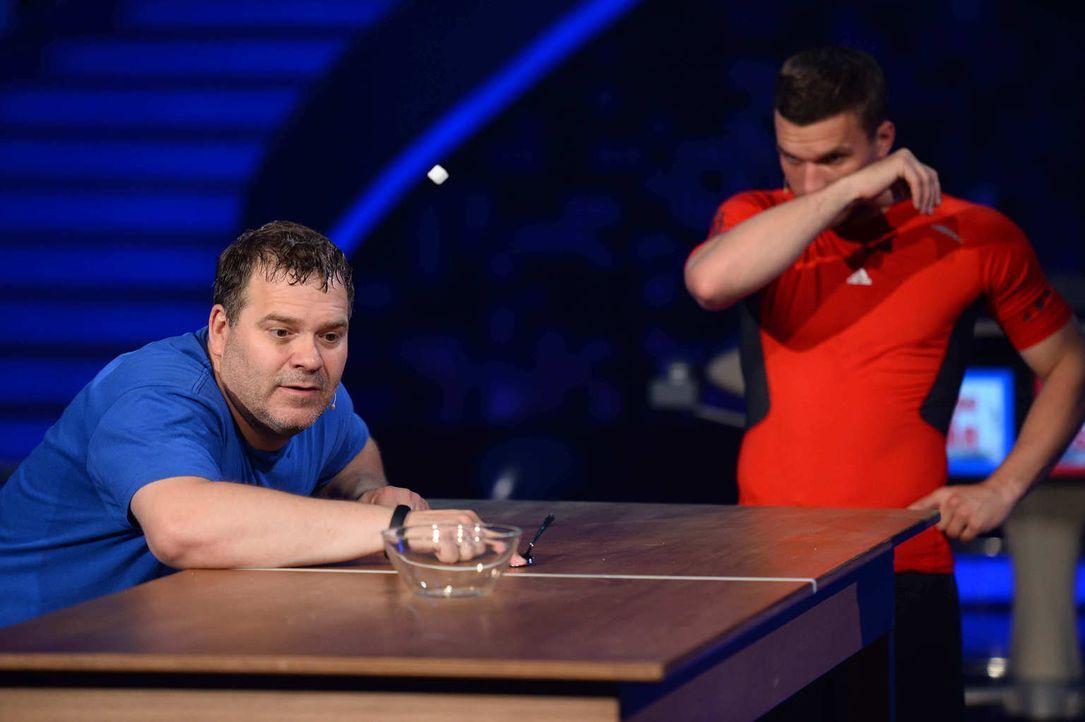 """Wer gewinnt das Spiel bei """"Schlag den Star""""? Sixpack Lukas Podolski (r.) oder Killerplauze Elton (l.)? - Bildquelle: Willi Weber ProSieben"""