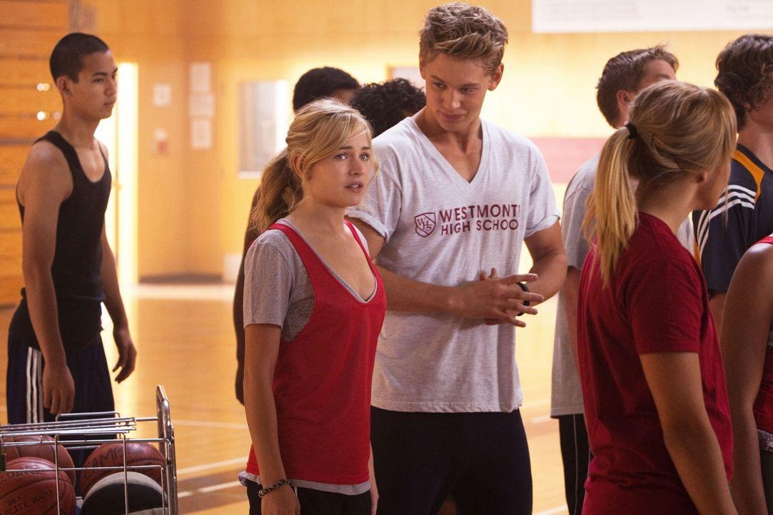 Ist hin und hergerissen: Lux (Brittany Robertson, l.) wird von Jones (Austin Robert Butler, r.) zum Pizzaessen eingeladen, doch eigentlich muss sie... - Bildquelle: The CW   2010 The CW Network, LLC. All Rights Reserved