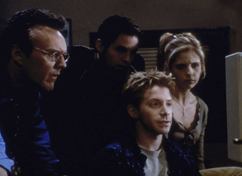 (v.l.n.r.) Giles (Anthony Stewart Head), Xander (Nicholas Brendon), Oz (Seth Green) und Buffy (Sarah Michelle Gellar) suchen im Internet nach Hinwei... - Bildquelle: TM +   2000 Twentieth Century Fox Film Corporation. All Rights Reserved.