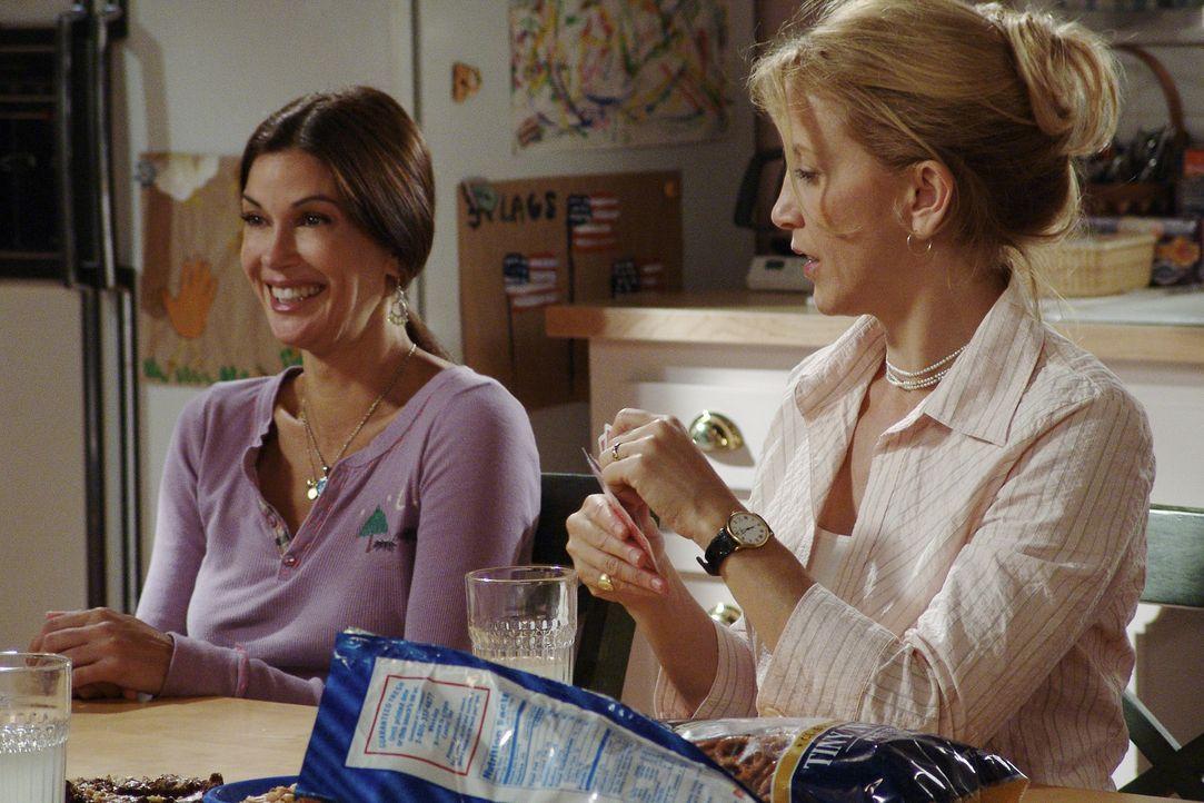 Bei einem Kartenspiel mit Gabrielle, Bree und Lynette (Felecity Huffman, r.) kann Susan (Teri Hatcher, l.) von der nackten Blamage etwas Abstand gew... - Bildquelle: Touchstone Television