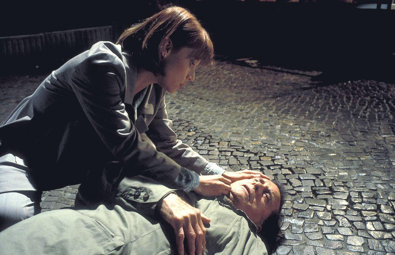Auf Tracy Garrets (Sammi Davis, .) Vater Cliff (Cliff Robertson, r.) wurde ein Anschlag verübt. Die Kinderhändler wollen mit allen Mitteln die jun... - Bildquelle: ProSieben