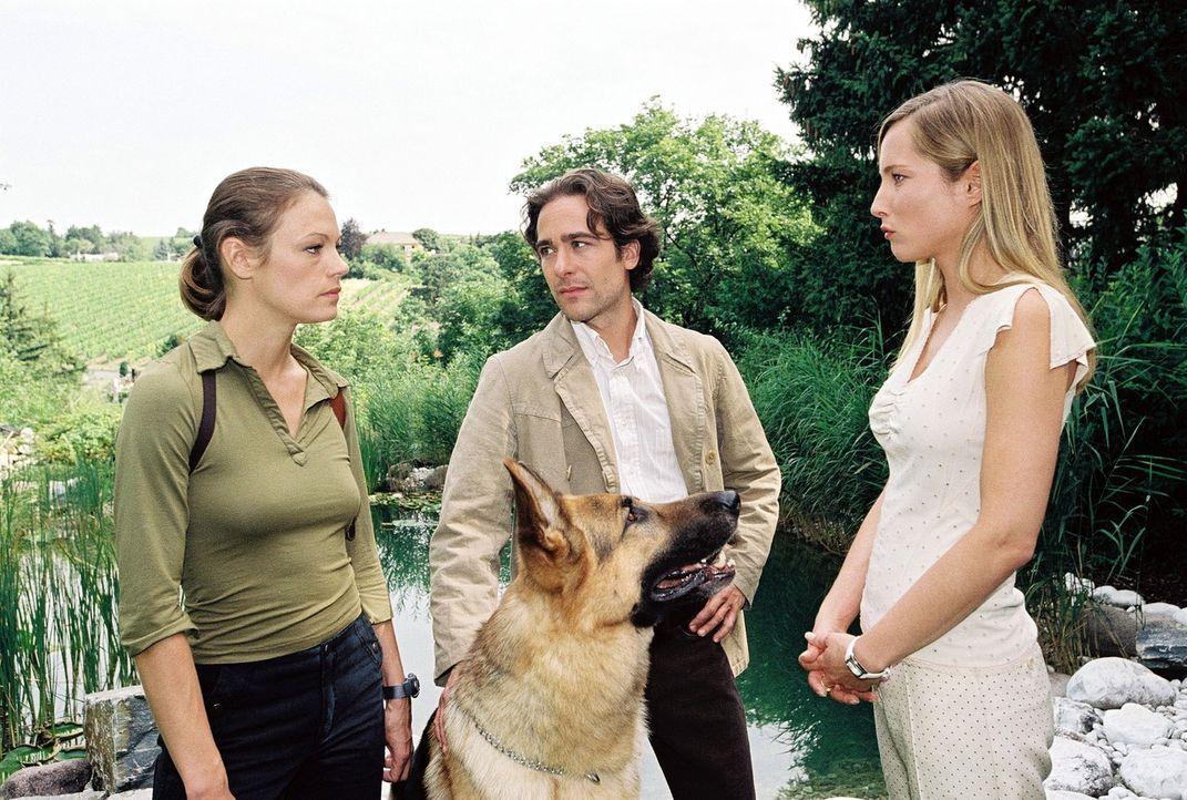 Marc (Alexander Pschill, M.) und Niki (Elke Winkens, l.) befragen Erika Strobl (Florentine Lahme, r.).