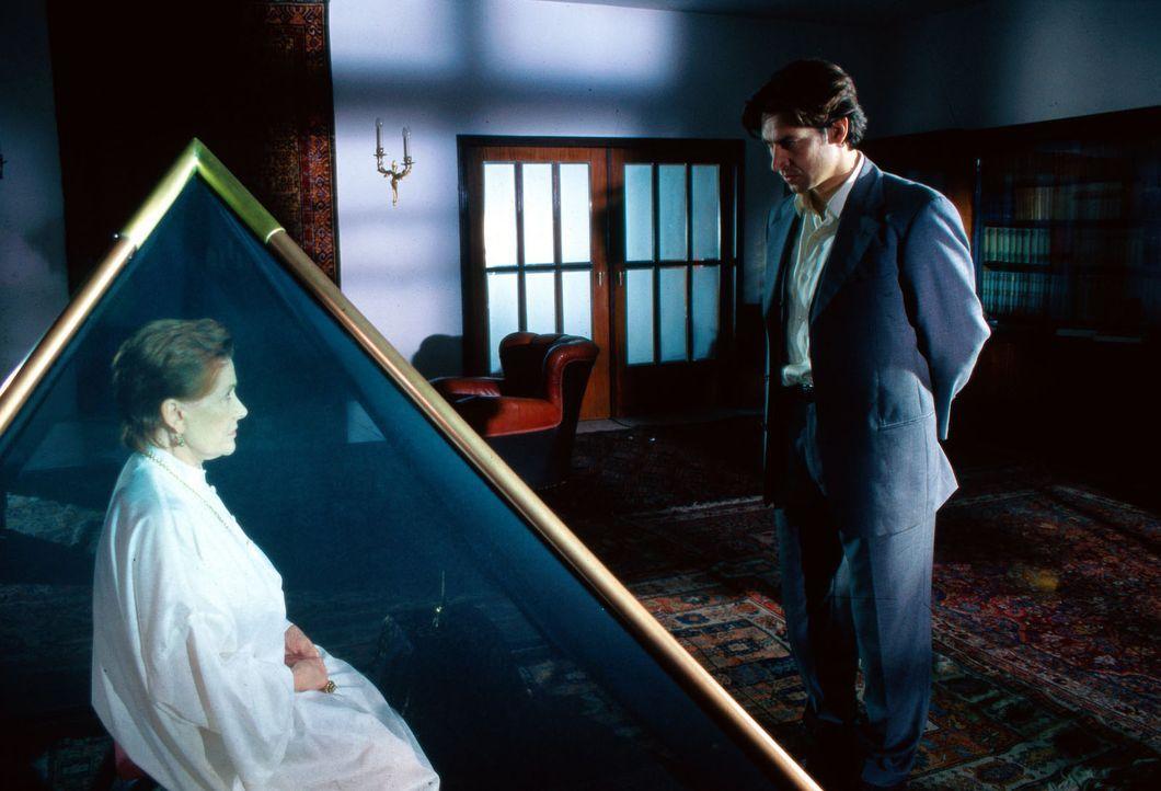 Kommissar Moser (Tobias Moretti, r.) besucht Gerda Baumann (Gisela Uhlen, l.), die Mutter des Mordopfers, um sie zu ihrer Schwiegertochter zu befrag... - Bildquelle: Ali Schafler Sat.1