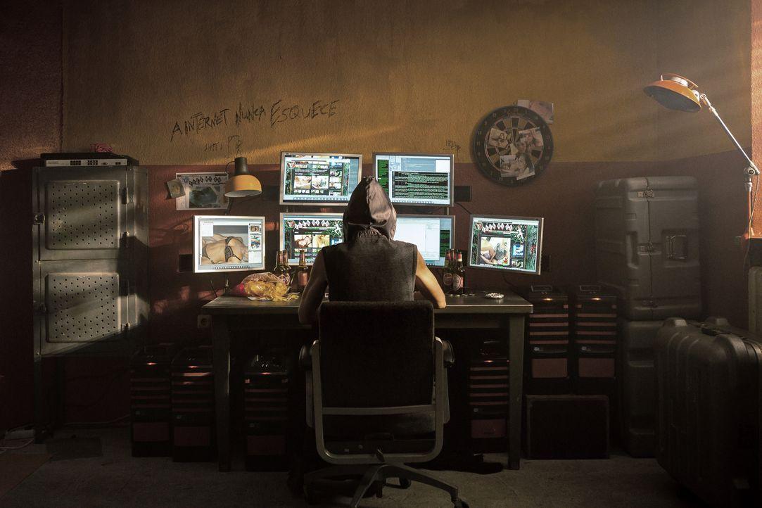 """Kann die Hackerin Tigress (Lilian Prent) die menschenverachtende Website """"Racheporno"""" lahmlegen? - Bildquelle: Arvid Uhlig SAT.1"""