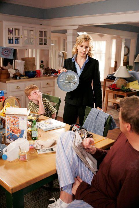 Lynette (Felicity Huffman, M.) geht zur Arbeit und überlässt Tom (Doug Savant, r.) die Verantwortung für Haus und Kinder. Doch im Gegensatz zu Lynet... - Bildquelle: 2005 Touchstone Television  All Rights Reserved