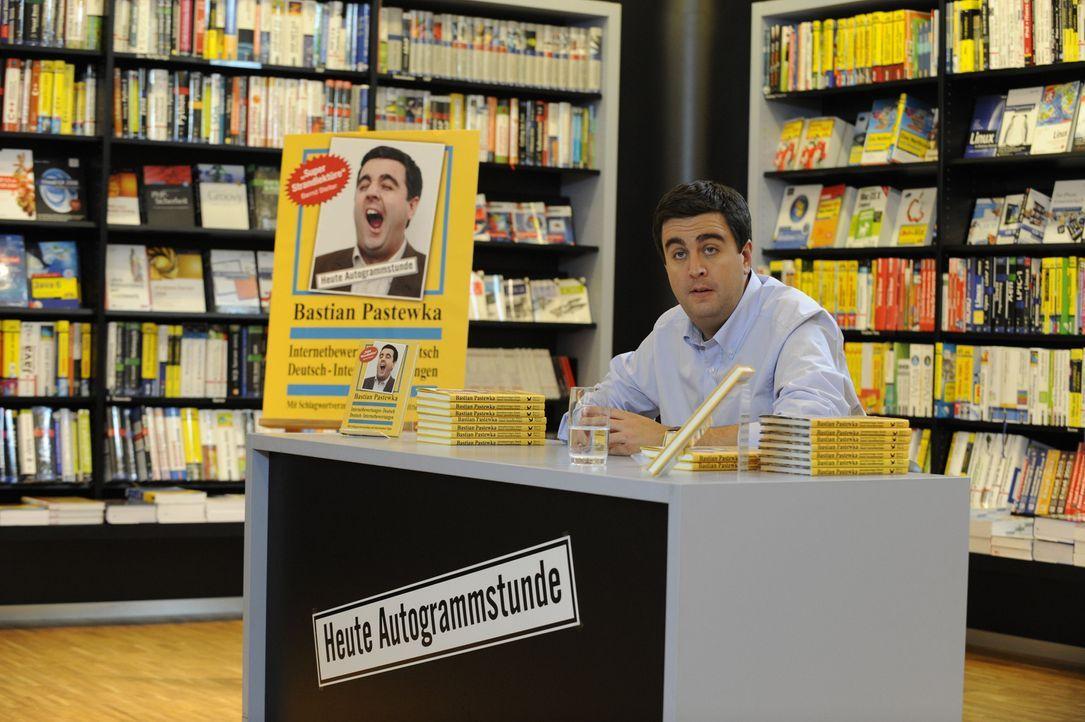 Einsame Signierstunde in der Buchhandlung: Bastian (Bastian Pastewka) wartet auf den Fanansturm - bis ihm klar wird, dass Abteilungsleiter Wegener i... - Bildquelle: SAT.1