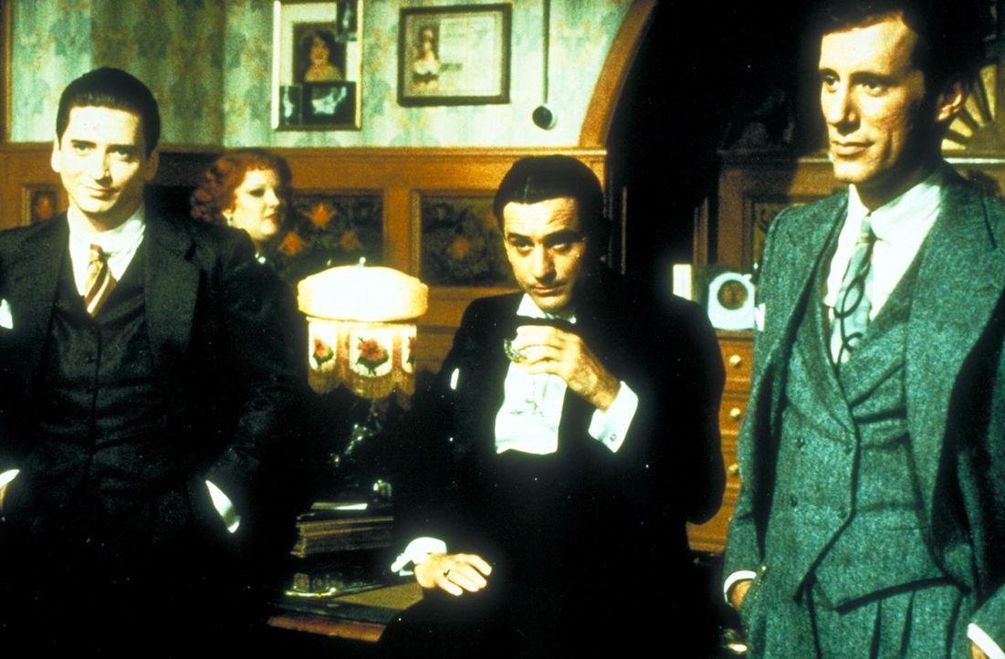 Nach seiner Entlassung aus dem Gefängnis kommt Noodles (Robert De Niro, M.) zurück nach New York und findet seine Freunde Fat Moe (Larry Rapp, l.) u... - Bildquelle: Warner Bros.