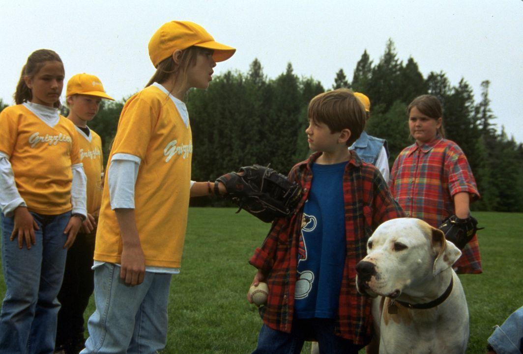 Jamies (Kevin Timothy Chevalia, 2.v.r.) Freunde sind stinksauer auf ihn, weil wegen seinem Hund Chance das Baseballspiel unterbrochen werden musste... - Bildquelle: Walt Disney Pictures