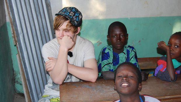 Bastian (l.) wird zu den strengsten Eltern nach Niomoune im Süden Senegals ge...