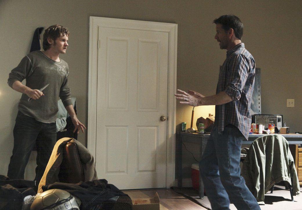 Mike (James Denton, r.) möchte Kontakt mit Zach (Cody Kasch, l.) aufnehmen, da er wissen möchte, ob er etwas mit dem Anschlag auf Paul zu tun hat, w... - Bildquelle: ABC Studios