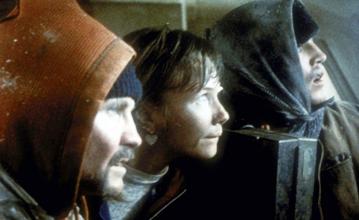 Zusammen versuchen die drei Eingeschlossenen, Manny (Jon Voight, l.), Buck (Eric Roberts, r.) und Sara (Rebecca De Mornay, M.), über die vereisten... - Bildquelle: Cannon Releasing Corp.