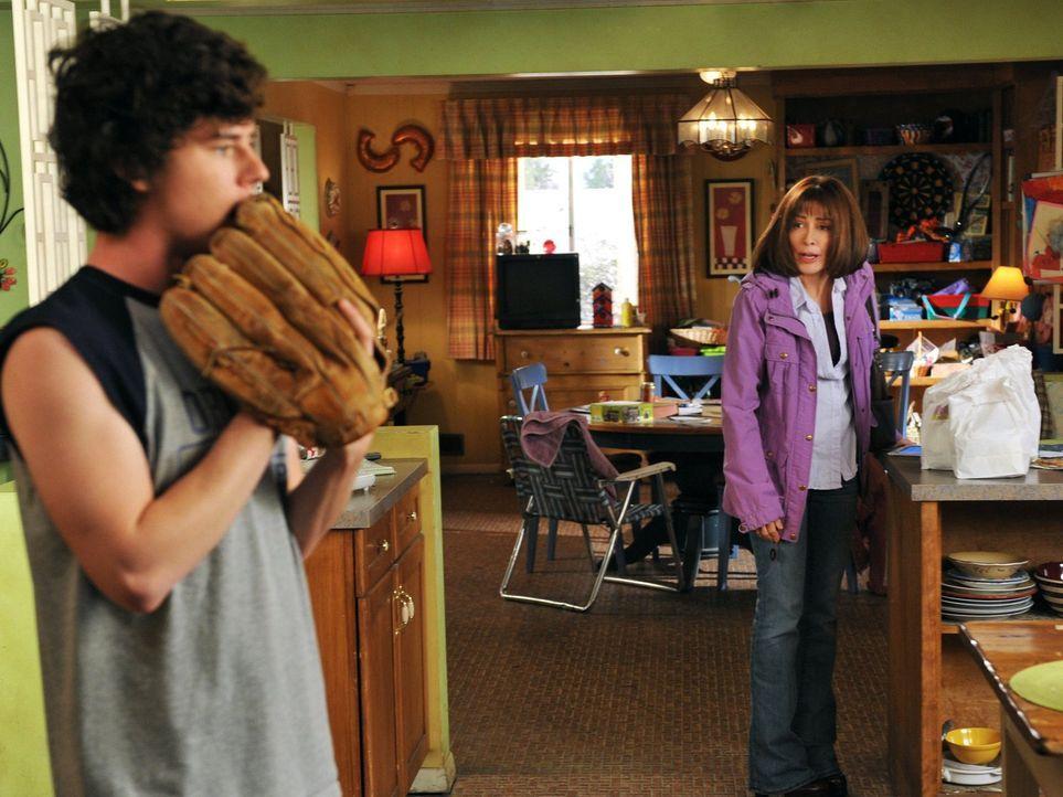 Während Axl (Charlie McDermott, l.) Sue klar machen will, dass eine Fernbeziehung mit Matt nicht funktionieren wird, nachdem dieser verkündet hat, d... - Bildquelle: Warner Brothers