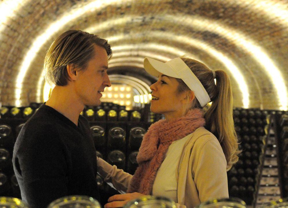Lisas Schwester Magda (Hilde Dalik, r.) und Georg (Max von Pufendorf, l.) treffen sich regelmäßig im Sektkeller. Doch wird ihn das zu seiner lang... - Bildquelle: Hubert Mican SAT.1
