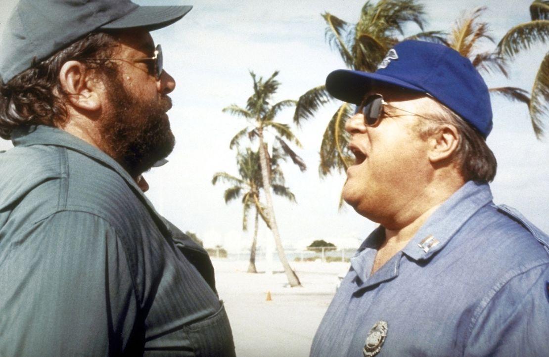 Aus Versehen geraten Will (Bud Spencer, l.) und sein Kumpel Matt in eine Polizeischule. Und nun müssen sie sich als Polizeianwärter einem Captain... - Bildquelle: Warner Bros. GmbH