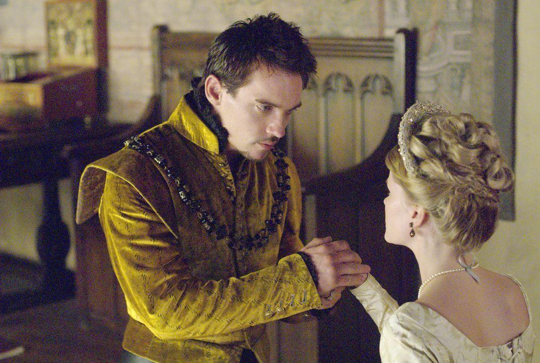 König Henry (Jonathan Rhys Meyers, l.) hat nur eine Bitte an Lady Jane Seymour (Anita Briem, r.): Er will ihr dienen und anbeten ... - Bildquelle: 2008 TM Productions Limited and PA Tudors II Inc. All Rights Reserved.