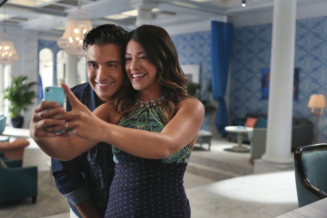 Noch ahnt Jane (Gina Rodriguez, r.) nicht, das Telenovela-Star Rogelio (Jaime Camil, l.) ihr Vater ist ... - Bildquelle: 2014 The CW Network, LLC. All rights reserved.