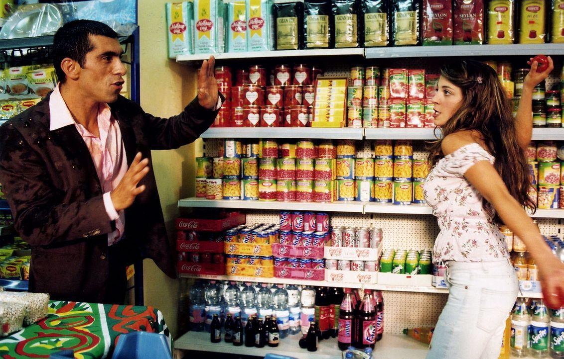 Alyans (Erdal Yildiz, l.) hat wieder Streit mit Fatima (Arzu Bazman, r.) - Bildquelle: Sat.1