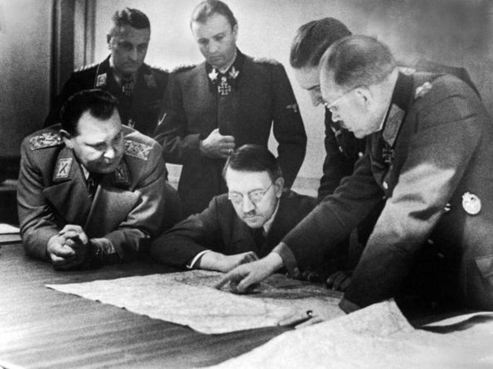 1944: (vorne v.l.n.r.) Hermann Göring, Adolf Hitler und General Heinz Guderian planen die Ardennenoffensive, ein Versuch des Dritten Reiches, den we... - Bildquelle: Heinrich Hoffmann Time & Life Pictures/Getty Images