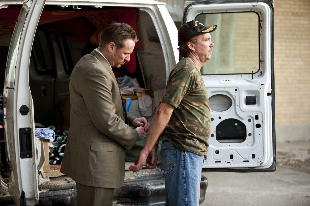 Als die Ermittler im Wagen des Verdächtigen Keith Martin (David Dalziel, r.) Blutspuren finden, klicken die Handschellen. Doch hat die Polizei den R... - Bildquelle: Darren Goldstein Cineflix 2011