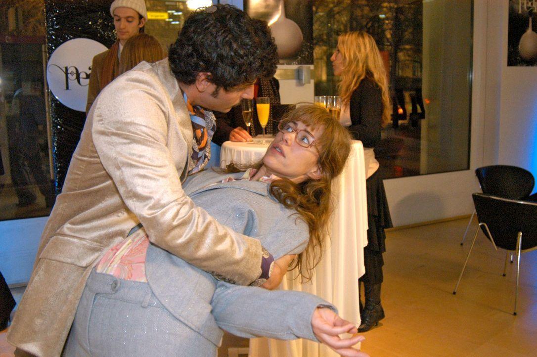 Als Lisa (Alexandra Neldel, r.) nicht aufhört über David zu reden, greift Rokko (Manuel Cortez, l.) zu ungewöhnlichen Mitteln, um ihr den Mund zu st... - Bildquelle: Monika Schürle Sat.1