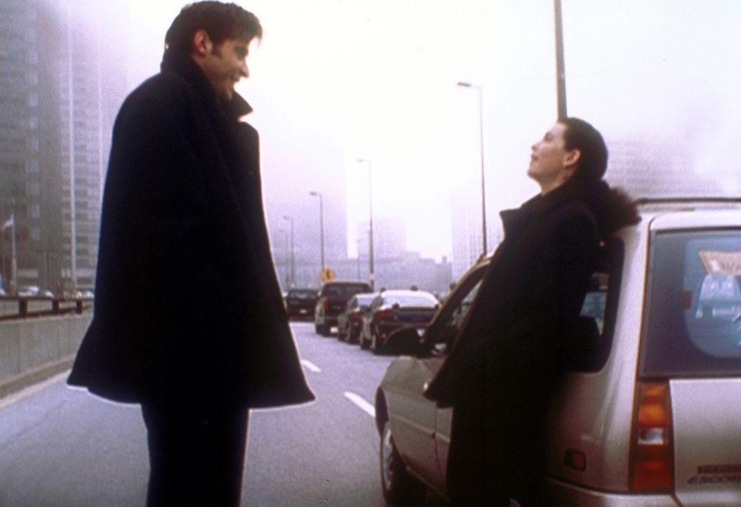 Autopanne mit Flirt: Kovac (Goran Visnjic, l.) lässt bei Hathaway (Julianna Margulies, r.) nicht locker. - Bildquelle: TM+  2000 WARNER BROS.