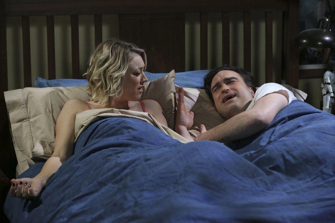 Sheldon hat einen Ohrwurm, doch er kommt nicht drauf, um welchen Song es sich handelt. Um dies herauszufinden, treibt er seine Mitbewohner Penny (Ka... - Bildquelle: 2015 Warner Brothers