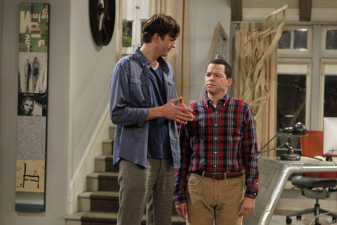 Während Alan (Jon Cryer, r.) erfahren hat, dass sich sein Sohn unerlaubt von seiner Truppe entfernt hat, um sich mit Missi zu treffen, lernt Walden... - Bildquelle: Warner Brothers Entertainment Inc.