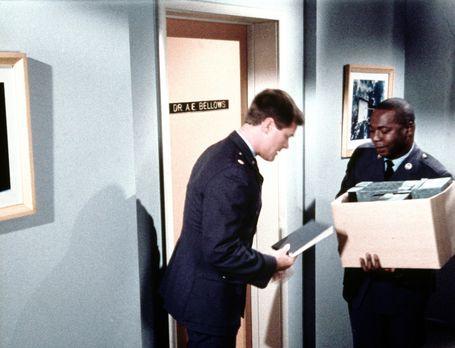 Bezaubernde Jeannie - Tony (Larry Hagman, l.) will mit dem Psychiater Dr. Bel...
