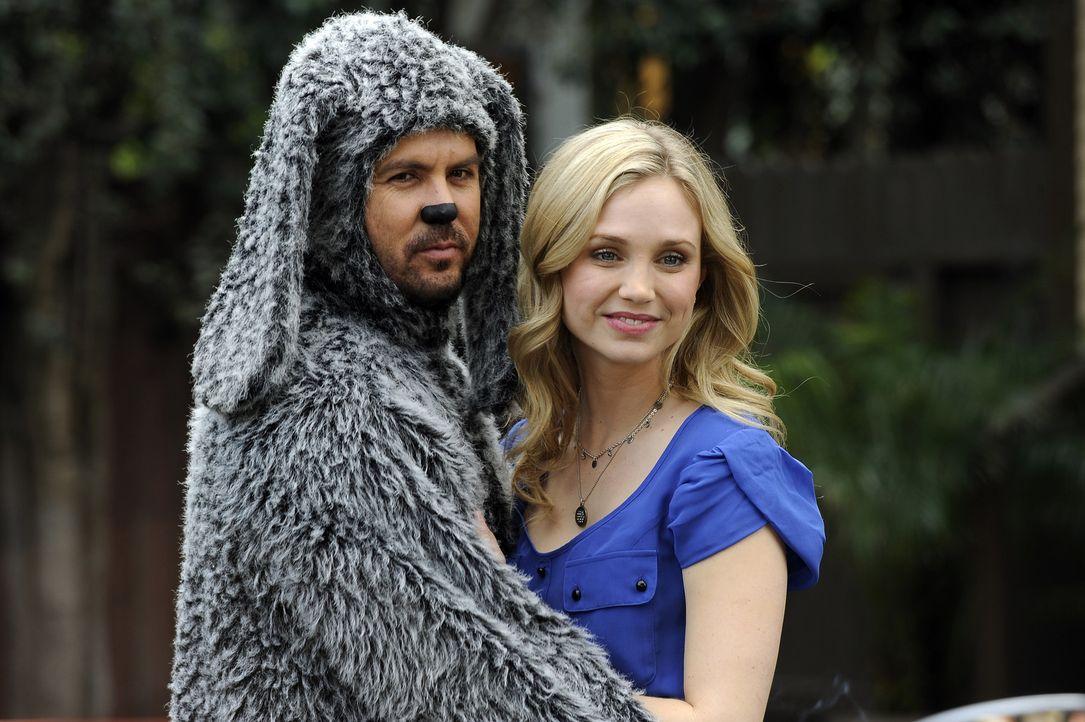Jenna (Fiona Gubelmann, r.) ist stolz auf ihren Hund Wilfred (Jason Gann, l.), der eine ganz besondere Gabe haben soll ... - Bildquelle: 2011 FX Networks, LLC. All rights reserved.