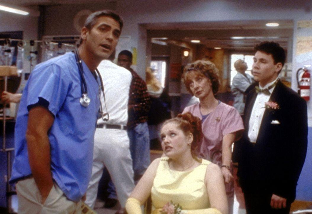 Obwohl Betsy (Adrienne Smith, M.) eine schwere Gallenkolik erlitten hat, ringt sie Dr. Ross (George Clooney, l.) die Erlaubnis ab, trotzdem am Schul... - Bildquelle: TM+  2000 WARNER BROS.