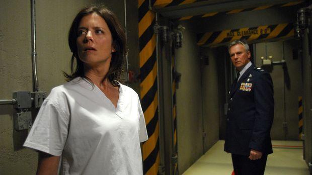 Als sogar Jack O'Neill (Richard Dean Anderson, r.) der verwirrten Dr. Elizabe...