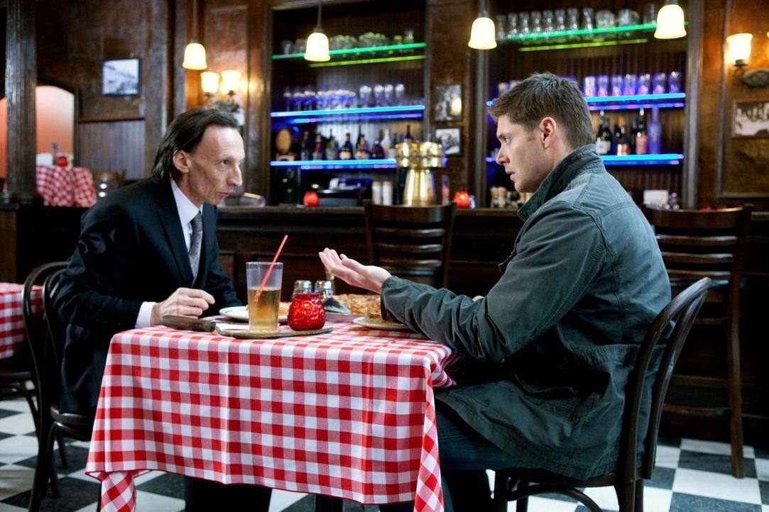 Dean (Jensen Ackles, r.) sieht sich gezwungen einen Deal mit dem Tod (Julian Richings, l.) zu schließen, um seinen Ring zu bekommen ... - Bildquelle: Warner Brothers