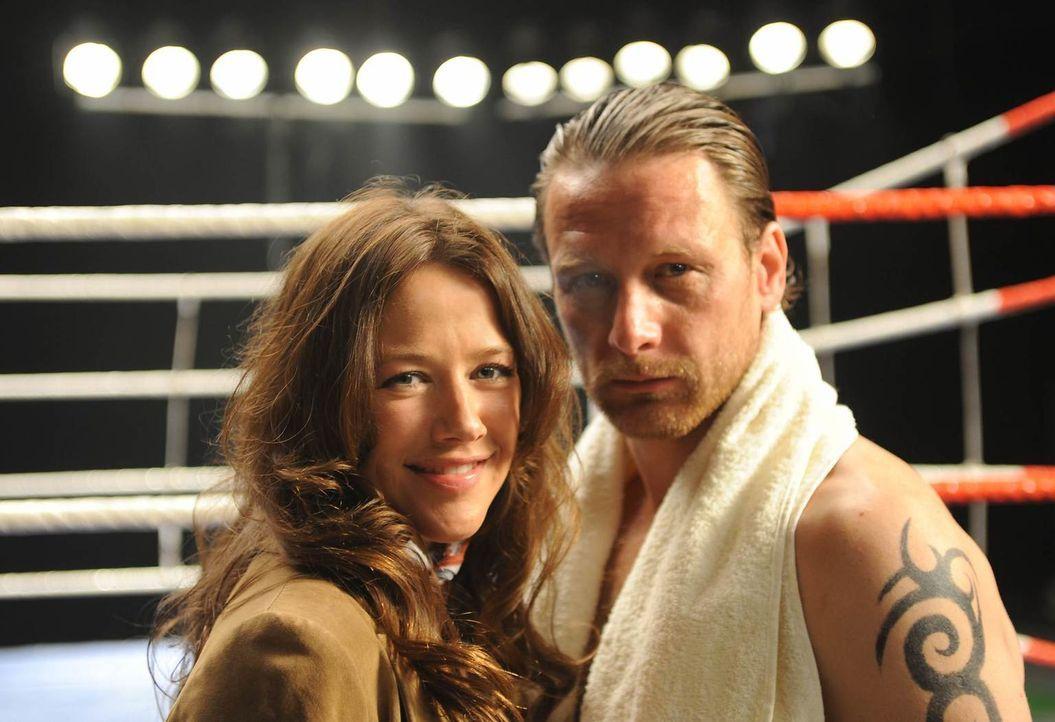 Eigentlich hat Anne (Alexandra Neldel, l.) mit Boxern, auch mit Geld eintreibenden Ex-Boxern, absolut nichts am Hut. Doch als sie Karl (Hendrik Dury... - Bildquelle: Aki Pfeiffer SAT.1