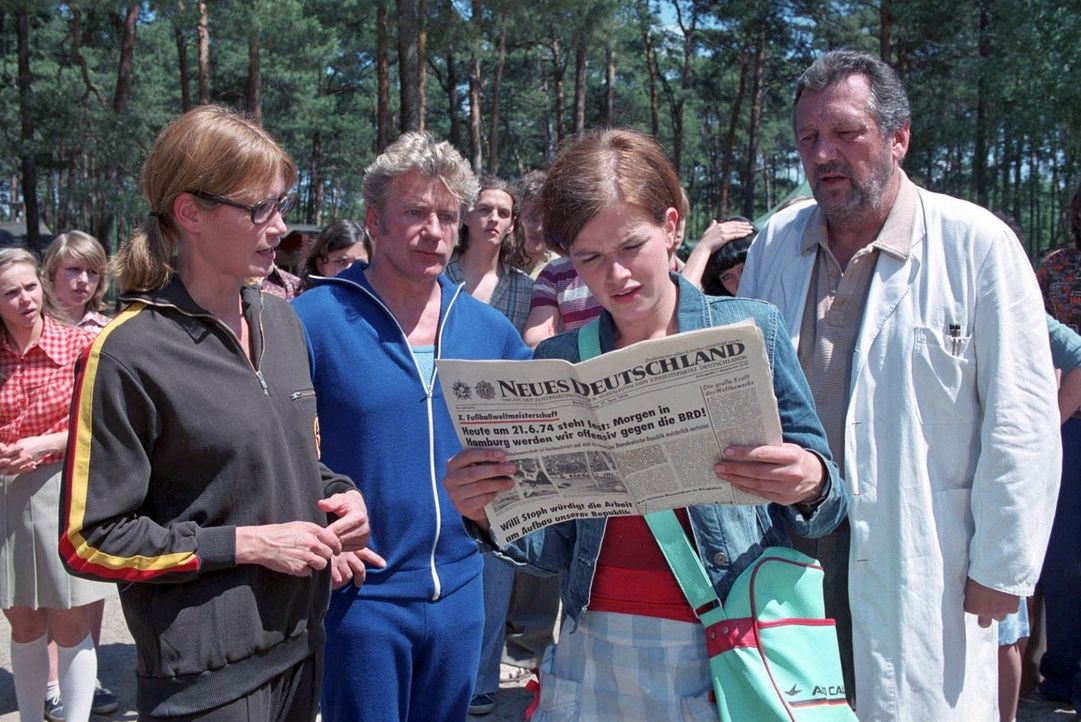 Als Jenny (Mira Bartuschek, 2.v.r.) erwacht, findet sie sich in einem DDR-Erntelager mitten im Sommer 1974 wieder. FDJ-Sekretärin Hartung (Anja Klin... - Bildquelle: Aki Pfeiffer Sat.1