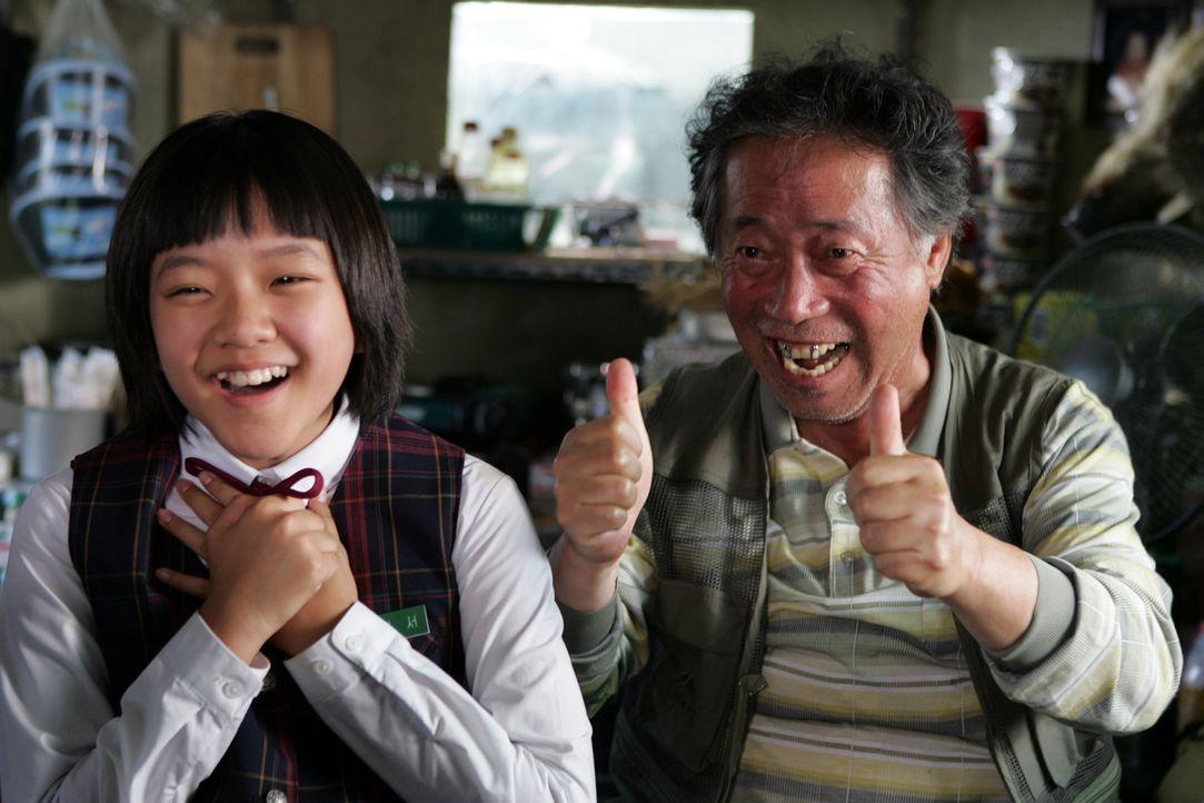Hyun-seo (Ah-sung Ko, l.) ist der ganze Stolz ihres Großvaters Hie-bong (Hie-bong Byeon). Als sie plötzlich von dem Seeungeheuer entführt wird, ist... - Bildquelle: MFA