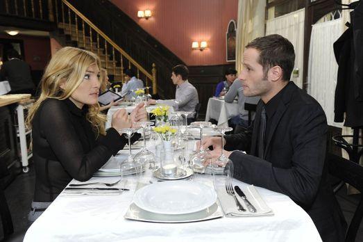 Annett (Tanja Wenzel, l.) ist überglücklich über den Heiratsantrag von Alexan...
