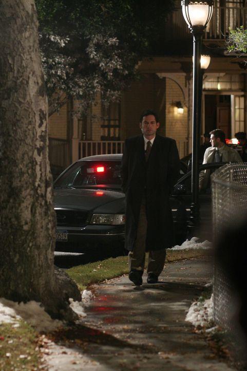 Danny (Enrique Murciano) arbeitet an einem neuen Fall, doch er ahnt noch nicht, dass es dabei um Elenas Tochter geht ... - Bildquelle: Warner Bros. Entertainment Inc.