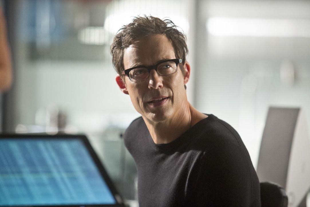 Ist der Meinung, dass Oliver alias Arrow einen schlechten Einfluss auf Barry ausübt: Dr. Wells (Tom Cavanaugh) ... - Bildquelle: Warner Brothers.