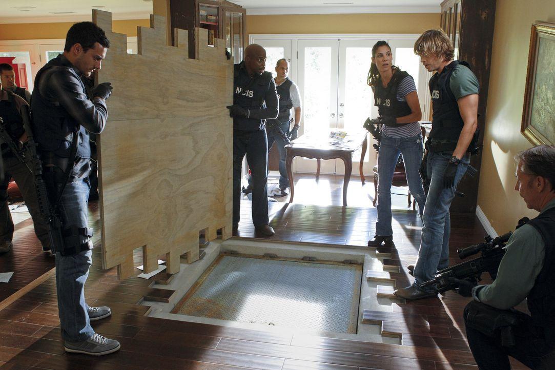 Ein Einsatz der es in sich hat: Kensi (Daniela Ruah, 3.v.r.) und Deeks (Eric Christian Olsen, 2.v.r.) ... - Bildquelle: CBS Studios Inc. All Rights Reserved.
