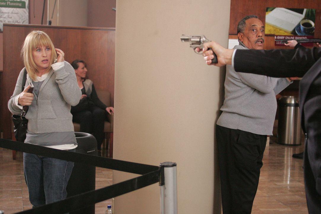 Einer der Täter zwingt Allison Dubois (Patricia Arquette, l.), sich auf den Boden zu legen … - Bildquelle: Paramount Network Television