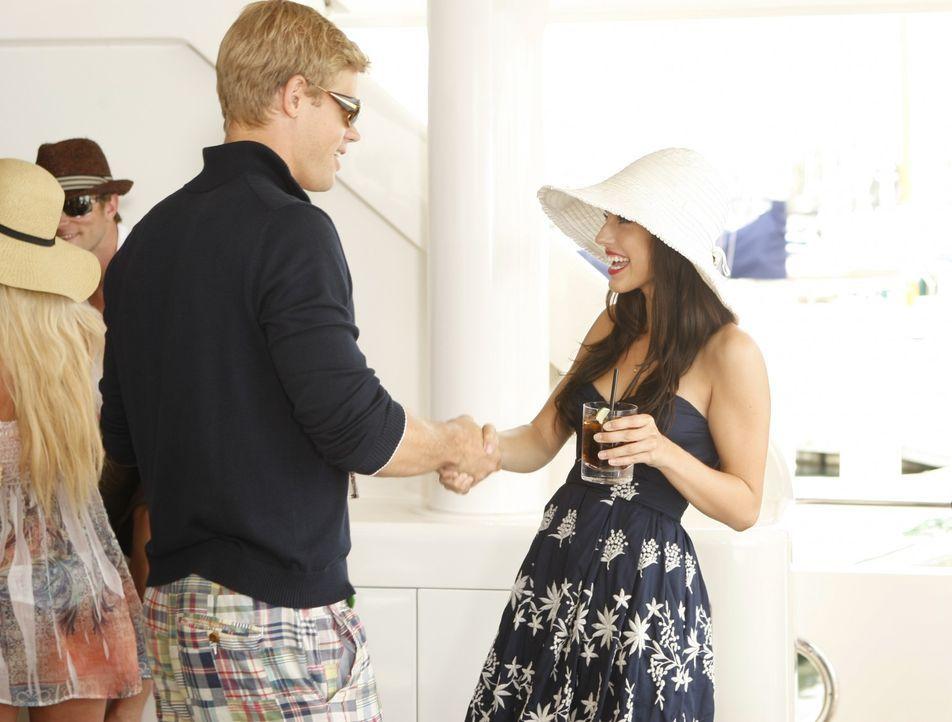 Teddy (Trevor Donovan, l.) schmeißt eine Party auf der Yacht seines Vaters und natürlich ist auch seine Ex Adrianna (Jessica Lowndes, r.) eingelad... - Bildquelle: TM &   CBS Studios Inc. All Rights Reserved