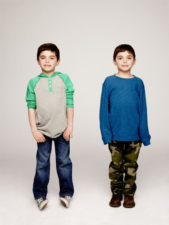 (1. Staffel) - Halten ihre Mutter Laura auf Trab: Harrison (Vincent Reina, r.) und Nicholas Broderick (Charlie Reina, l.) ... - Bildquelle: Warner Bros. Entertainment, Inc.