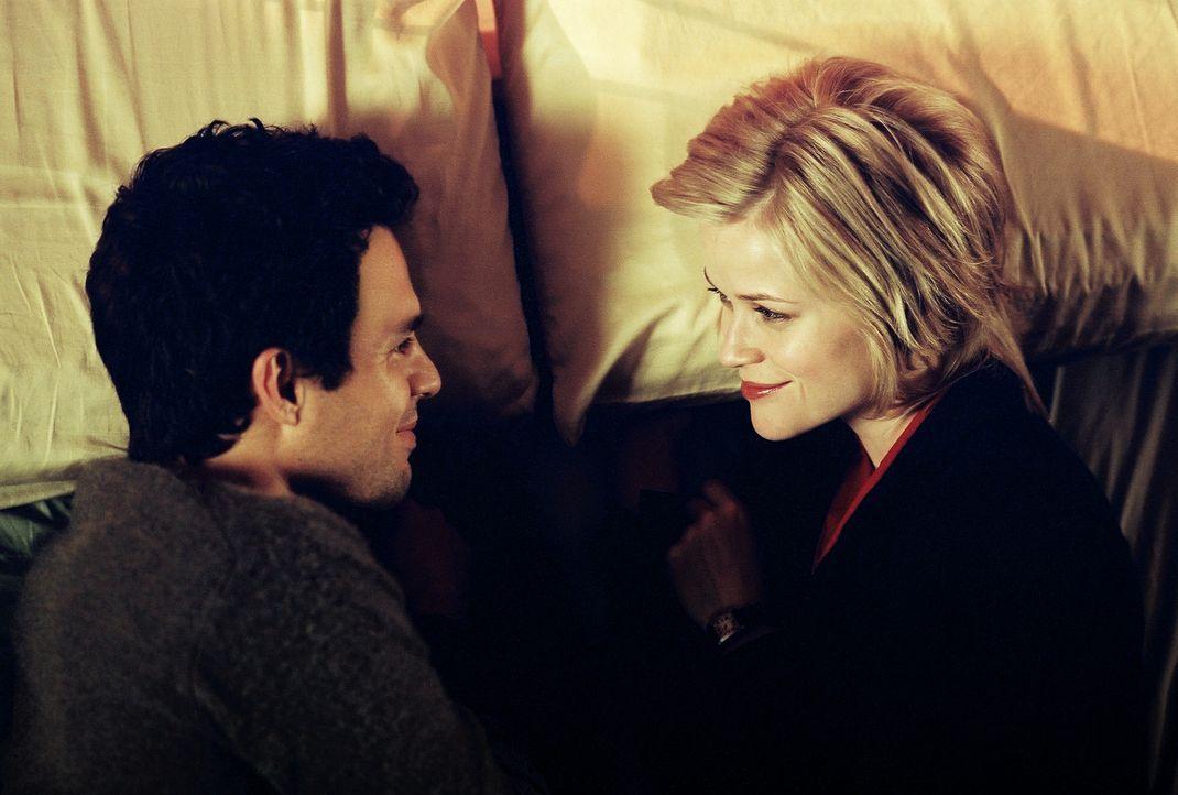 Die Liebe findet ihren Weg - egal wie! Elizabeth Masterson (Reese Witherspoon, r.) und David Abbott (Mark Ruffalo, l.) ... - Bildquelle: Telepool GmbH