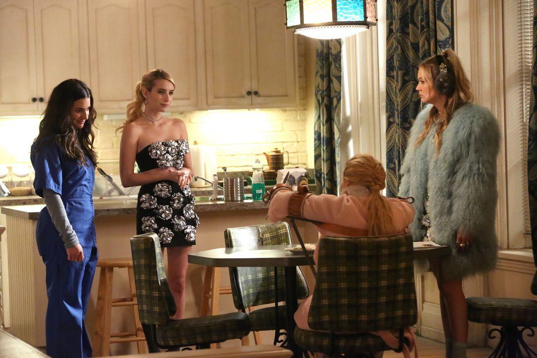 Wie würden Chanel #5 (Abigail Breslin, 2.v.r.) und Chanel #3 (Billie Lourd, r.) reagieren, wenn Chanel (Emma Roberts, 2.v.l.) in ihrer Verzweiflung... - Bildquelle: 2016 Fox and its related entities.  All rights reserved.