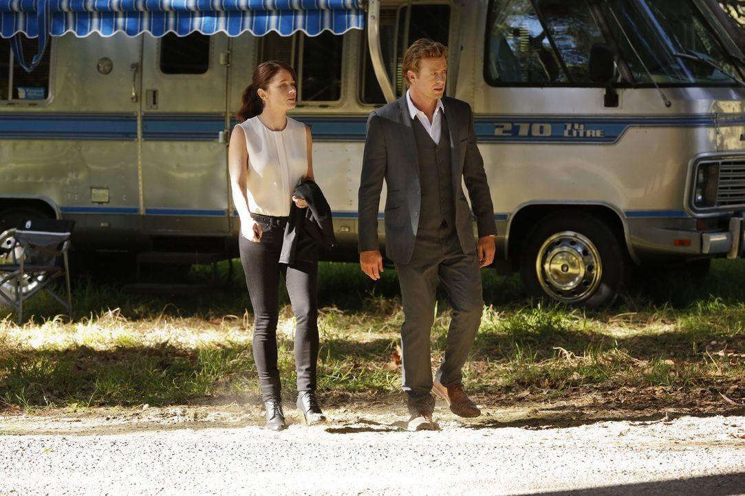 Ermitteln in einem neuen Fall: Teresa Lisbon (Robin Tunney, l.) und Patrick Jane (Simon Baker, r.) ... - Bildquelle: Warner Bros. Television