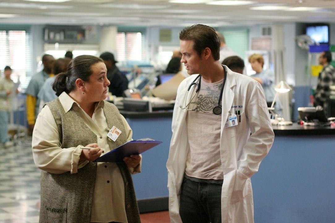 Liz Dade (Tara Karsian, l.) braucht von Ray (Shane West, r.) Informationen über eine Patientin ... - Bildquelle: Warner Bros. Television