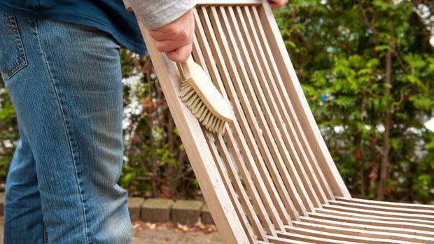 Gartenmöbel Aus Holz Richtig Pflegen: Tipps - Sat.1 Ratgeber Holz Gartenmobel Pflegen